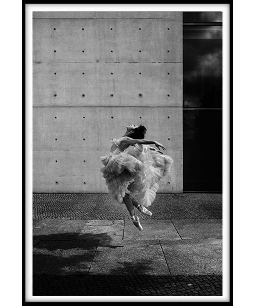 Vivid-Gallery-Marek-Wojciak-Dancer-in-the-air